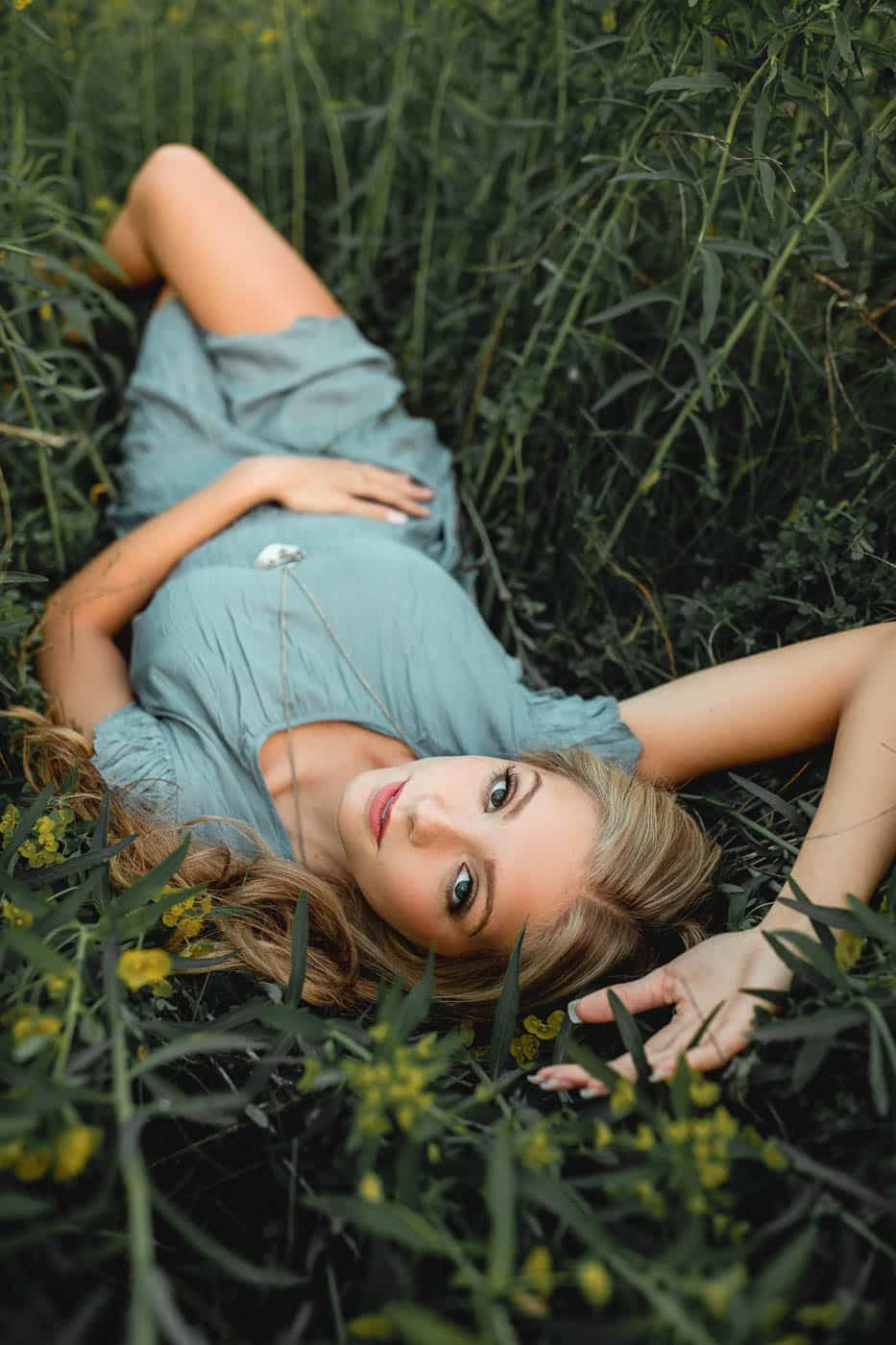 Green Bay Wisconsin girls Senior pictures in a field